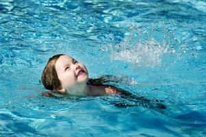 INGEN BADKRUKA. Femåriga Rebecka älskar att bada och visade glatt hur duktig hon är på att simma.