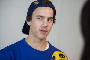 Jesper Tjäder, Östersundskillen som numera bor i Stockholm, har fått inbjudan till freeskiingsportens stora tävling - X-Games. Här vid en intrevju inför OS i Sotji.