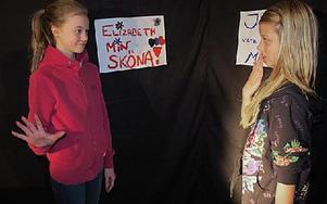 Mormor Elisabeth (Stina Nybacka) och mormor Margareta (Matilda Persson) i bråk om vem som har snyggast väska.Foto: KARIN SUNDIN