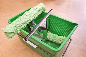 Bra hjälpmedel. Ivans tips är att satsa på riktiga verktyg, en så kallad påläggare med mikrofibrer för att tvätta fönstret och en skrapa med utbytbart gummiblad. Blir det ränder på fönstret beror det ofta på att gummit är slitet, då kan man först testa med att ta loss det och vända det. Fungerar inte det är det dags att byta.