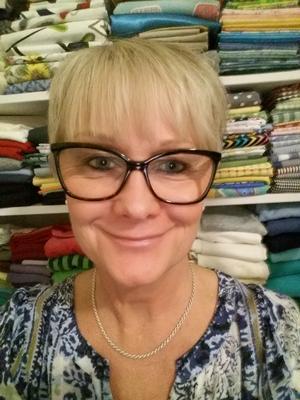 Lisbeth Angelmyr återbrukar mycket textil men också sådant som navkapslar.
