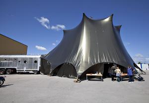 Tältet kan fällas upp varhelst som det finns plan mark som trailern kan köra fram till.