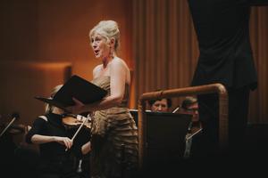 En lysandestjärna. Sopranen Lisa Larsson sjöng Rolf Martinssons tolkningar av den indiskepoeten Tagores kärleksdikter i Västerås konserthus i torsdags.