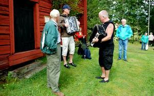 En dragspelsduo som hållit igång i många år. Karl-Axel Frisk, som bor i Falun men härstammar från Norberg, fick sitt första dragspel när han var nio år. Gert Svensson har spelat till och från hela livet. Foto: Lina Svalbro