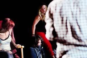 I föreställningen Dvala ställs allting på sin spets när ett mord har skett. Elin Anderssons karaktär anklagas i en scen för dråpet.
