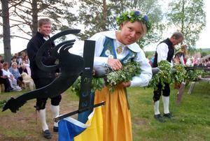 Cecilia Hedlund i Sverigedräkt smyckade majstången.