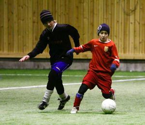 Svegs målskytt Andreas Larsson (till höger) var lagets kanske bästa spelare. En liten, kvick och teknisk spelare.