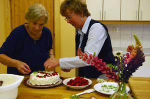 Flitiga fingrar. Diakonigruppen arbetar med luncher, kaffe och andra träffar för bland andra Rättviks gamla. Här gör Barbro Karlström från Diakonigruppen och hennes medhjälpare Lisbeth Wallin jordgubbstårtor.