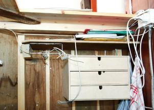 Kablarna hänger löst där tidigare en internkommunikationsradio och CD-spelade suttit. De slet sabotörerna bort vid första inbrottet och lade på sidan. Stig Eriksson lagade och monterade tillbaka CD-spelaren. Vid andra inbrottet slet de bort den igen, men stal den då.