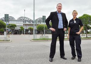 """NATURLIGT NAMN. Att  folket tyckte bäst om Midlandavägen blev ingen större överraskning för flygplatsbolagets Frank Olofsson och Sara Jönsson. """"Det bevisar att Midlanda är ett namn med djupa rötter"""", konstaterar Frank Olofsson."""