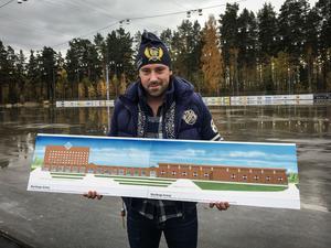 Daniel Johansson, sportchef och vice ordförande i P&L City, visar upp skisserna på den nya arenan som de vill bygga vid Galaxen i Borlänge.