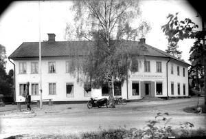 Handelsbolagets hus i Skultuna på 1920-talet. Där fanns även en liten bensionstation. Ser ni den?