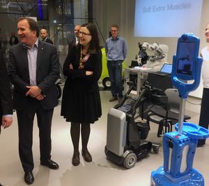 Statsminister Stefan Löfven (S) och gymnasieminister Anna Ekström (S) studerar robotar på Expectrum i Västerås på onsdagen.