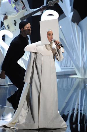Lady Gaga försvarar artistkollegan Miley Cyrus.