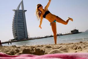 Olivia Zetterberg från Gävle studerar i Dubai. På fritiden är det plugg, strandliv, träning och shopping som gäller. I bakgrunden Burj Al Arab, det berömda sjustjärniga hotellet vid kusten.