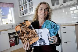 Victoria Waagaard visar upp några av brickorna hon och hennes syster Sofia Walter har låtit tillverka.