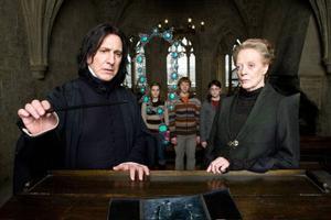 Professor Severus Snape (Alan Rickman) och Professor Minerva McGonagall (Maggie Smith) undersöker ett mystiskt halsband som orsakat stor skada för en av eleverna på Hogwarts.Foto: Sandrew Metronome