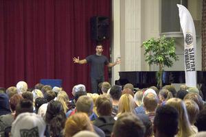 Arkan Asaad inspirerar eleverna på Staffangymnasiet.