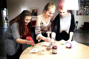 Malou Berggren, Linn Höglund och Lovisa Persson går loss med lingonsylt och ketchup.
