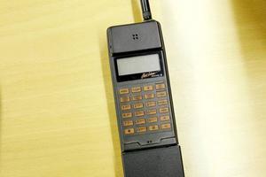 29 700 kronor plus moms 1987. Men då medföljer ingen laddare. Hotlinetelefonen får dock nästan plats i fickan.