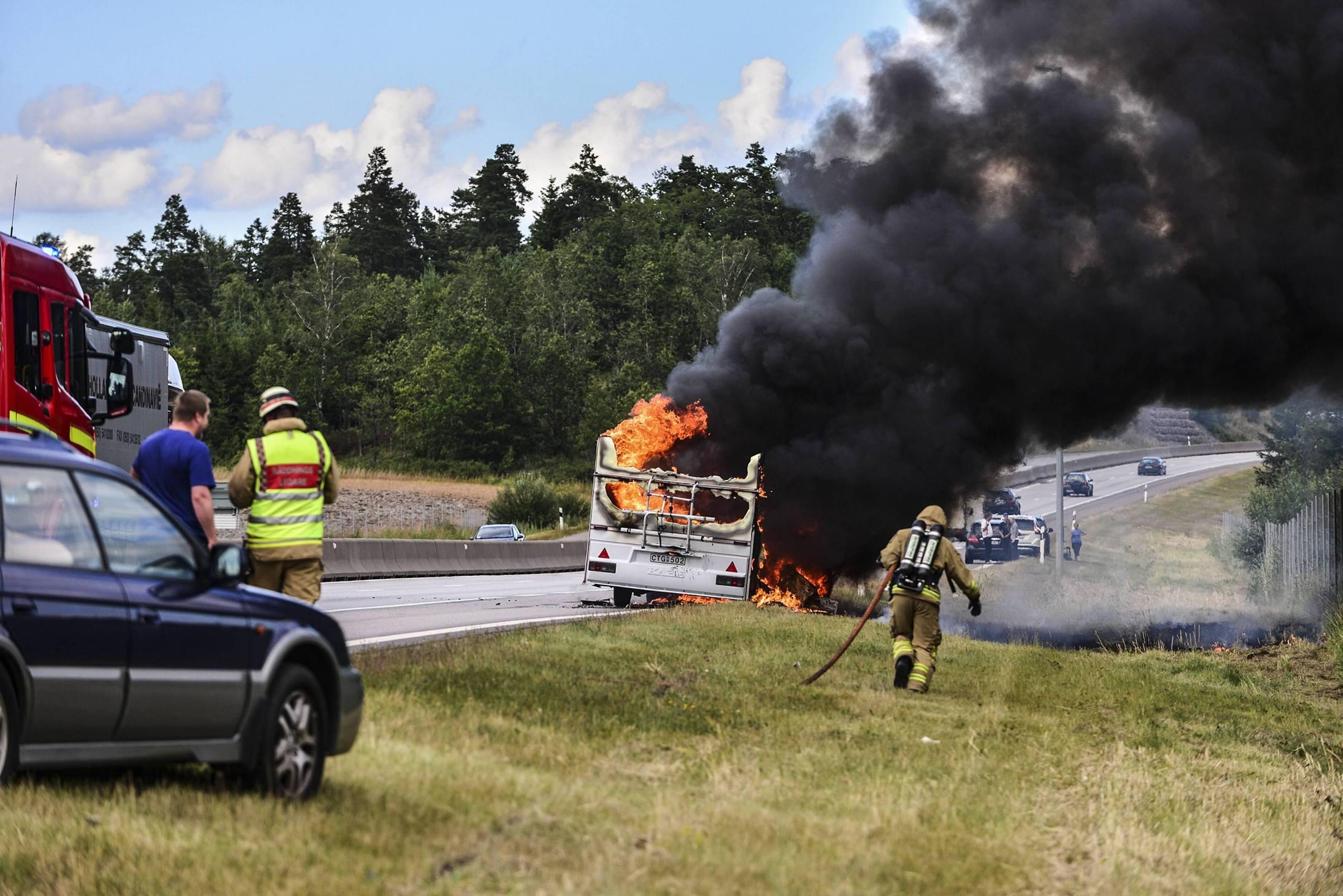 Fyra skadades nar husvagn brann