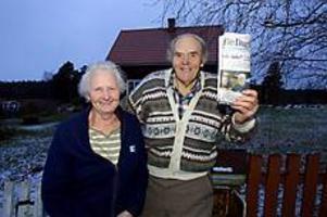 Foto: NICK BLACKMON Lyckliga. I 44 år har Bernt och Rut Andersson fått åka 4,5 kilometer till Smörnäs för att hämta tidningen. Men sedan GD kontaktade posten har de tänkt om. Nu ska brevbäraren börja köra hem till Bernt och Rut på Införåvägen. - Det här var en riktigt god nyhet, säger Bernt.