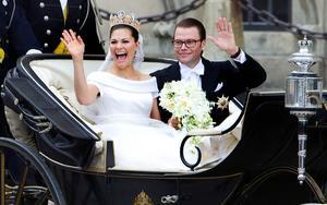 Kronprinsessan Victoria Bernadotte och Prins Daniel Bernadotte på sin bröllopskortege.