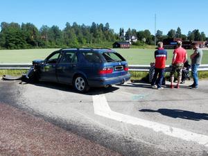 Bilföraren som krockade med en lastbil på tisdagen fick föras till sjukhus.