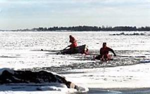 Varning. Kommunens israpportör vill varna alla för att ge sig ut på de  svaga isarna. Foto: NICK BLACKMON