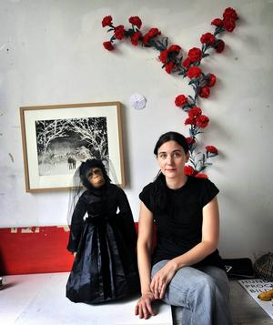 Helena Blomqvist är född och uppvuxen i Smedjebacken. Här tillsammans med en av sina karaktärer som hon befolkar sin bildvärld med.