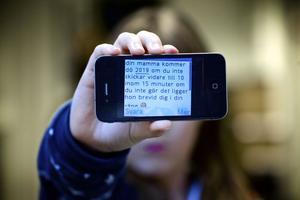 En tioårig flicka i Borlänge fick ett sms av kedjebrevskaraktär i sin mobiltelefon på torsdagsmorgonen. Förskräckt läste hon om att hennes mamma kommer att dö om hon inte skickar meddelandet vidare.
