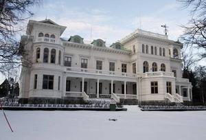 GräddBakelse på Norrlandet. Familjen Kronbergs Engeltofta är ett omhuldat sommarparadis som nu fått sin historia skriven.