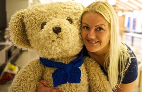 Sara Nääs tillsammans med den oanvända märkesnallen som har lämnats still loppisen. Nallen ska lottas ut för ge största möjliga vinst.