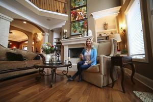 Generösa ytor, bekväma möbler och spännande konst finns det gott om i Camilla Jacksons villa i Nashville.