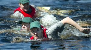 """Första doppet? Att delta i drakbåtstävlingen kan ha sina sidor. Här är det ett lag som """"valde"""" att simma i land."""