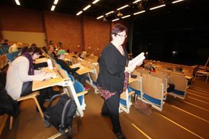 En av totalt två assistenter på plats under provet var Eva Sahlström. Hennes uppgift var bland annat att samla in och lämna ut skrivuppgifterna till deltagarna.