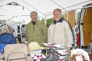 Bengt-Erik Henriksson och Roger Österberg trotsade regnet och dukade upp sina loppisprylar på Landsbygdens dag i Mullhyttan i går.