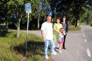 Familjen Hoyle vid busshållplatsen.
