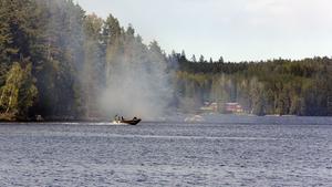 Räddningstjänsten på väg till Skomakarön i Lilla Aspen för att bekämpa en skogsbrand.