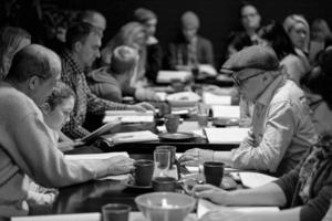 Ensemblen har fått manuset och vid den första genomläsningen råder spänd förväntan och stor koncentration.
