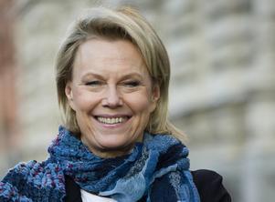 Arja Saijonmaa bjuder upp till dans.