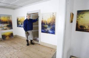 Under somrarna öppnar Kaj och hustrun Birgitta dörrarna till galleriet på gården. Där hänger just nu tavlor från utställningen på Galleri S i våras.