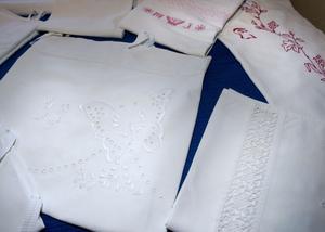 Ingegerd Johansson ställer ut textilier.