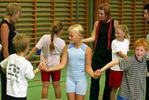 Foto: LASSE WIGERT Närkontakt. Hanna Klinga och de andra tjejerna från SISU startade dagen med lekar för att barnen skulle lära känna varandra och våga prata i grupp. Emma Palmqvist var road av både lekarna och teatern med framförallt av att lira innebandy.