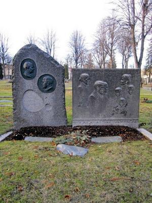Enda kvinnan. Nanna Svartz gravplats är modern och har stort konstnärligt värde. Svartz, död 1986, var Sveriges första kvinnliga professor.