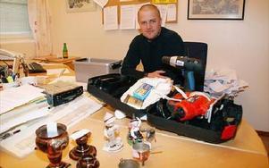 Polisman Fredrik Johansson jobbar med att registrera stöldgodset. Beslagtaget är bland annat en slipmaskin och en borr.FOTO:ANDERS BJÖRKLUND