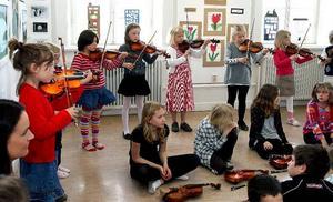 Suzukieleverna bjöd på vacker fiolmusik.