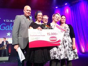 Norråkers handel vann priset Årets Handlarnbutik. Lasse Kronér och Nicklas Nettrup delade ut prischecken på 15000 kronor till Ida Collin, Maria Mattson och Carola Köpsén.