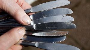 Knivarna har fått frätskador efter det förorenade vattnet.
