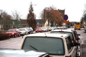 TRÄNGSEL. Pendlarna krigar om parkeringarna längs Grevegatan. Det får Tierps kommun att bygga nya parkeringar.